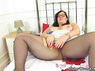 English BBW Jayne Storm lets you enjoy her hairy fanny